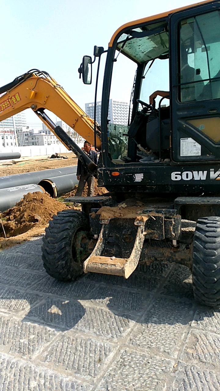 工地边上遇见60轮挖,一天产值1000+