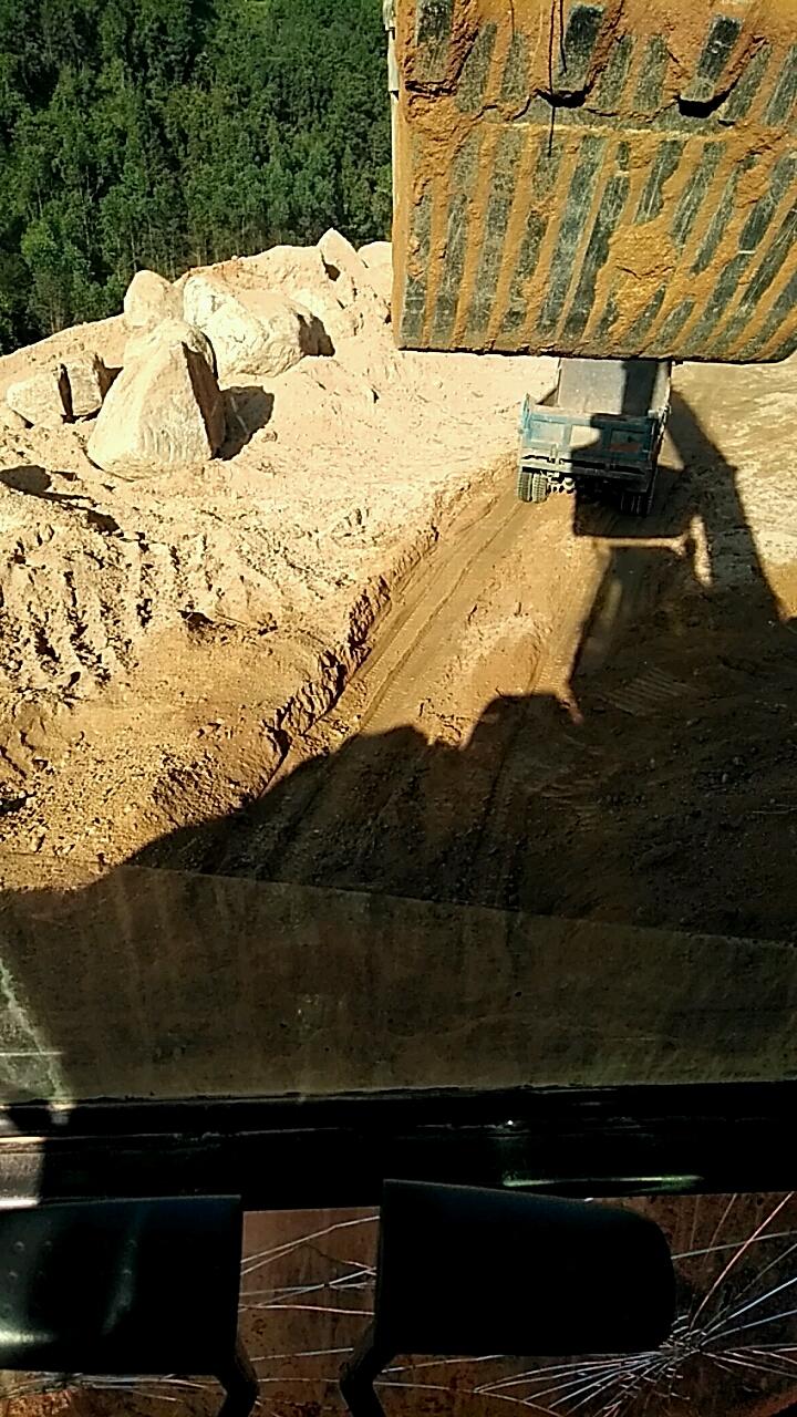 挖掘机装车视频,只为博你们挖掘机师傅一笑。