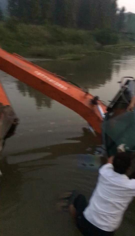 挖机翻河里了刚救起来