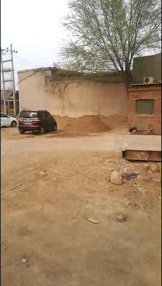 曾经堆积如山的沙石料厂现在空空荡荡,