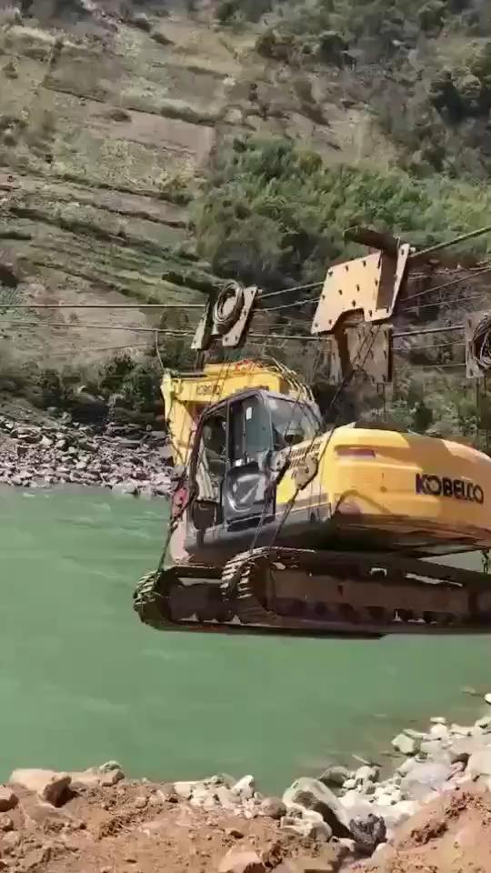 这挖机过河,太拉风了!