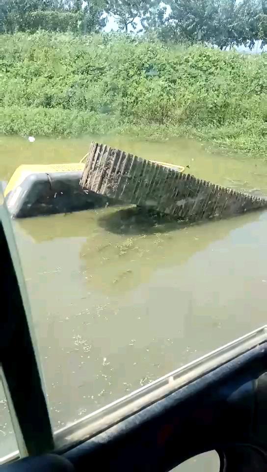 又一台泡水车,水里凉快吗