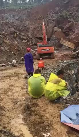 挖机正能量 多少工友的心痛!