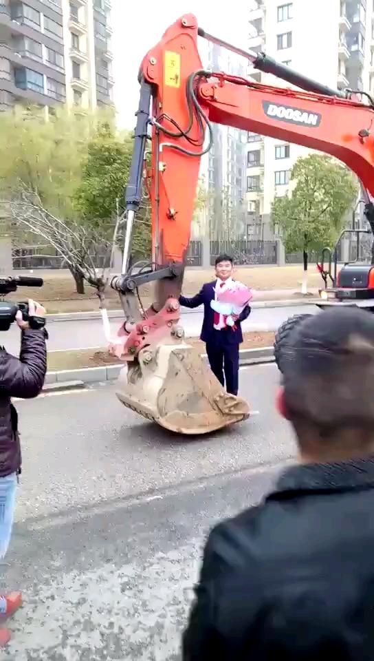 羡慕这个男人,66辆斗山DX150挖掘机结婚车队!