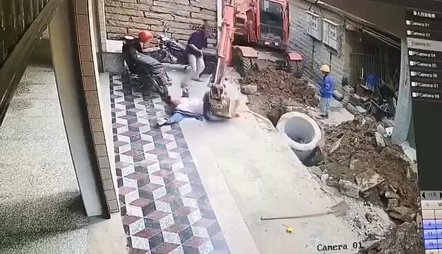 这挖机师傅跟这个人有仇?还是操作失误不小心碰到操纵杆了