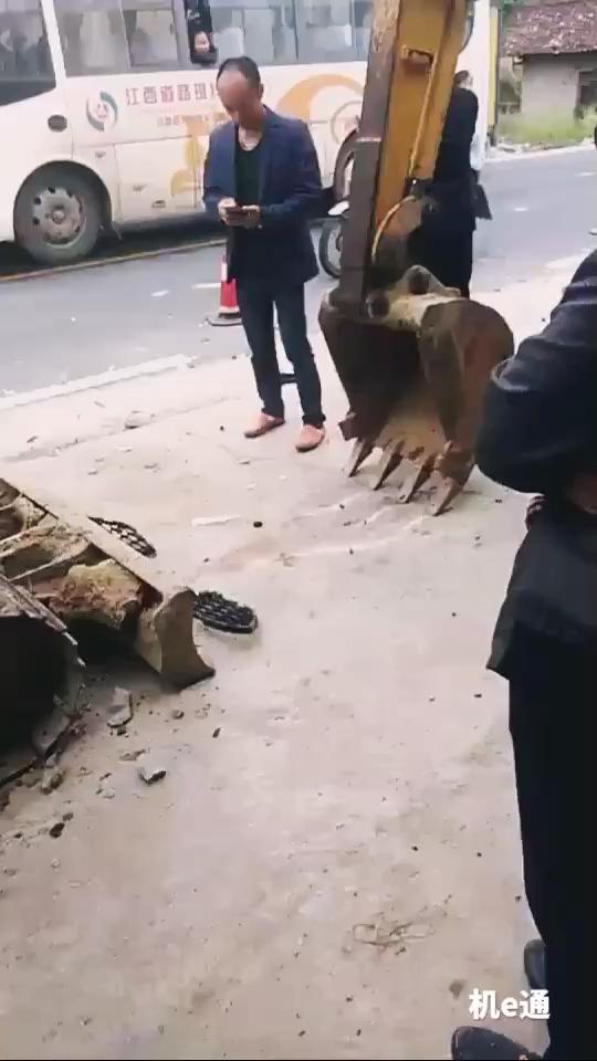 汽车跨界打劫挖掘机
