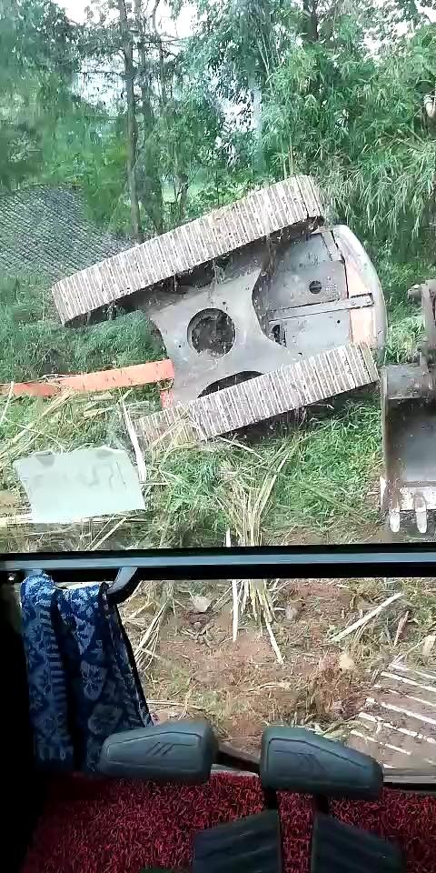 【安全事故】今天本地挖机又翻一台