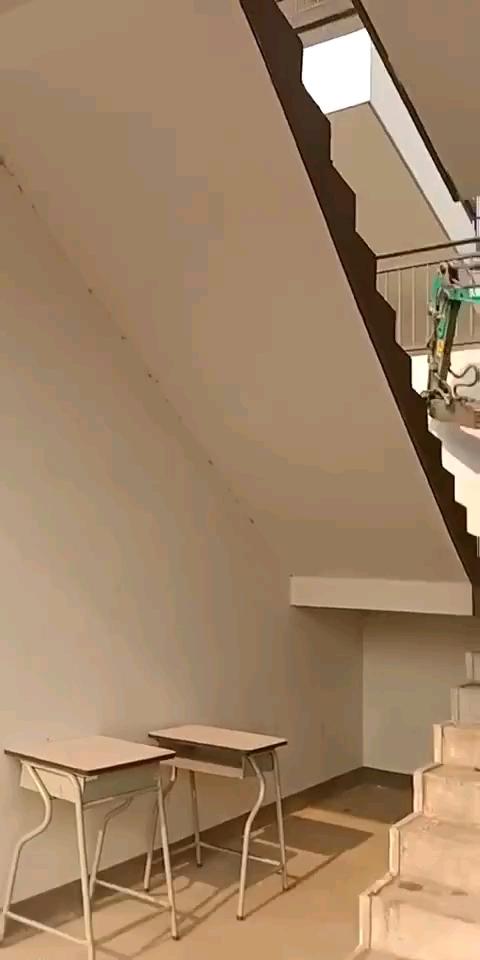 爬楼梯的挖机