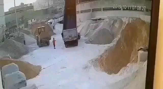 为了安全,远离装载机