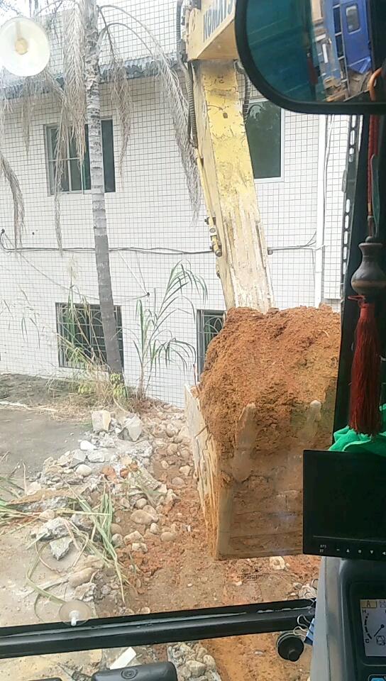一台挖机一台车