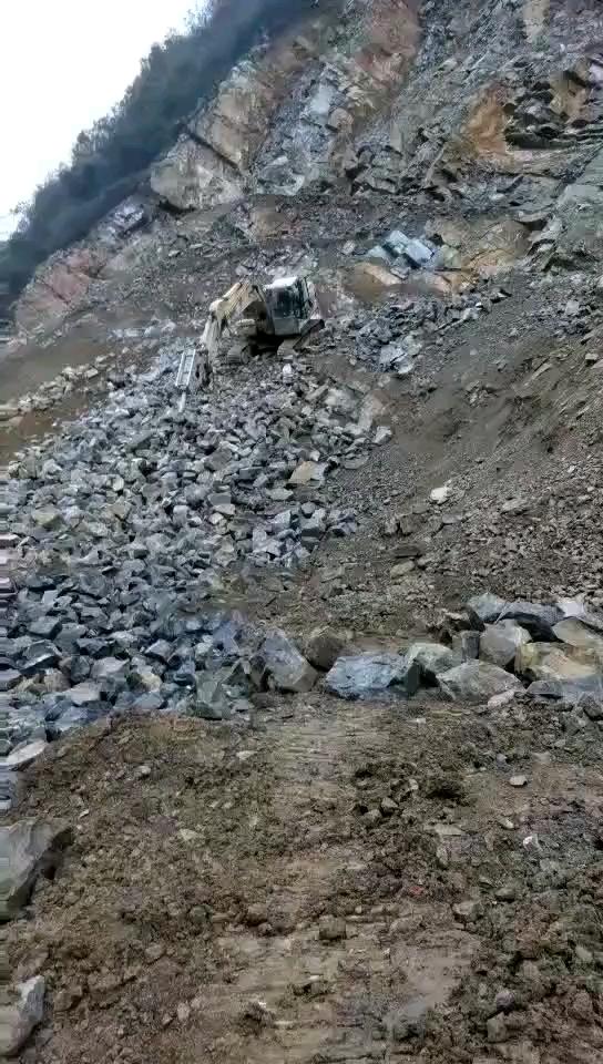 不看小心翻车了!送你一份挖机上下坡的秘笈