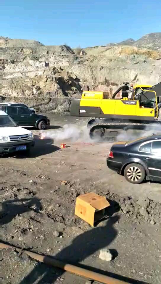 放炮!喜提沃尔沃480超大挖掘机,交付现场这个热闹!