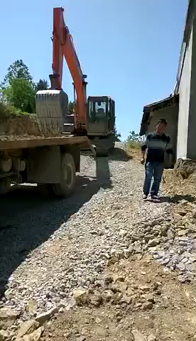 4岁小孩开挖掘机上拖车视频
