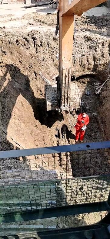 我的工作就是天天补漏!挖管线贼有经验!