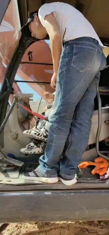 【视频大赛】终于坐到爸爸的挖机了