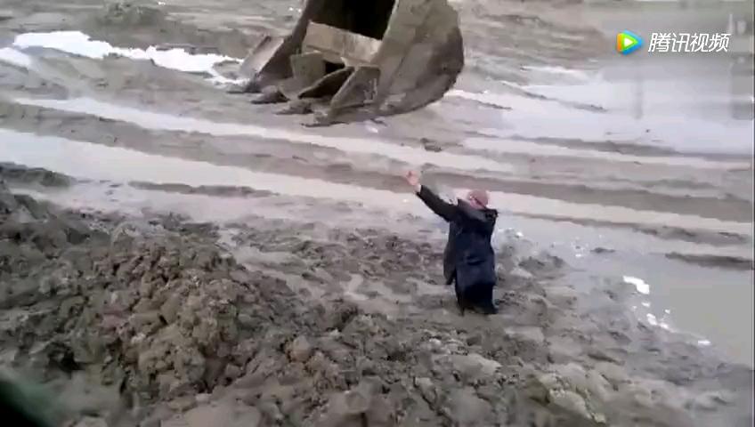 男子被困泥潭,老王叫来挖掘机后……
