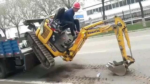 这个微挖上车的操作,真的厉害了