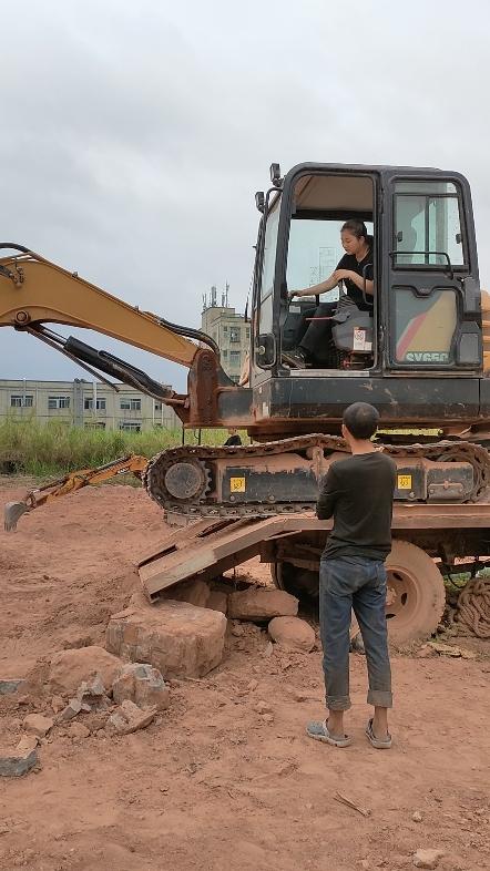 新手開挖掘機上下拖板車教程-帖子圖片