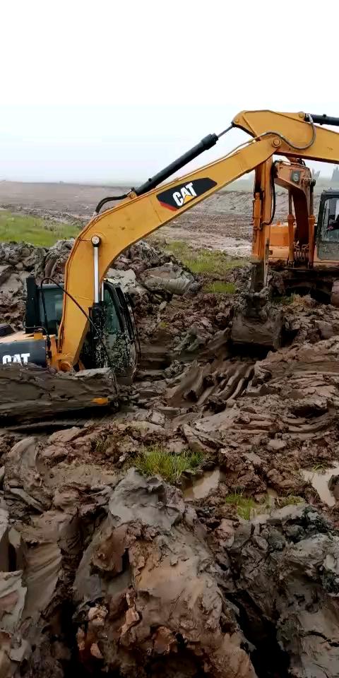 三台挖机一起玩泥巴吧!