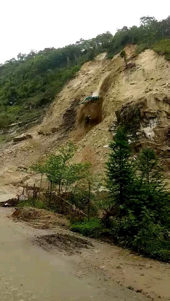 挖掘机事故之三---- 半坡翻车