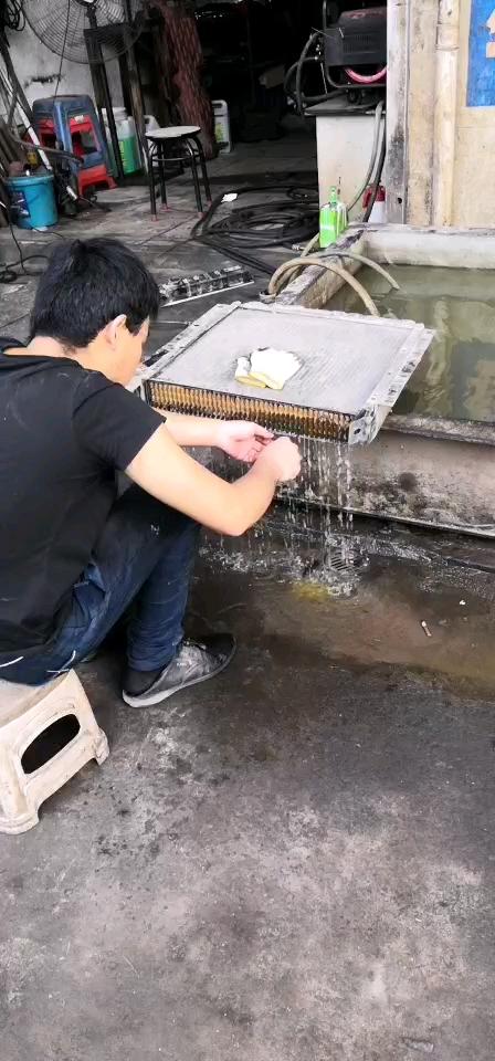 夏天來了,天氣熱,幫挖機清洗水箱-帖子圖片