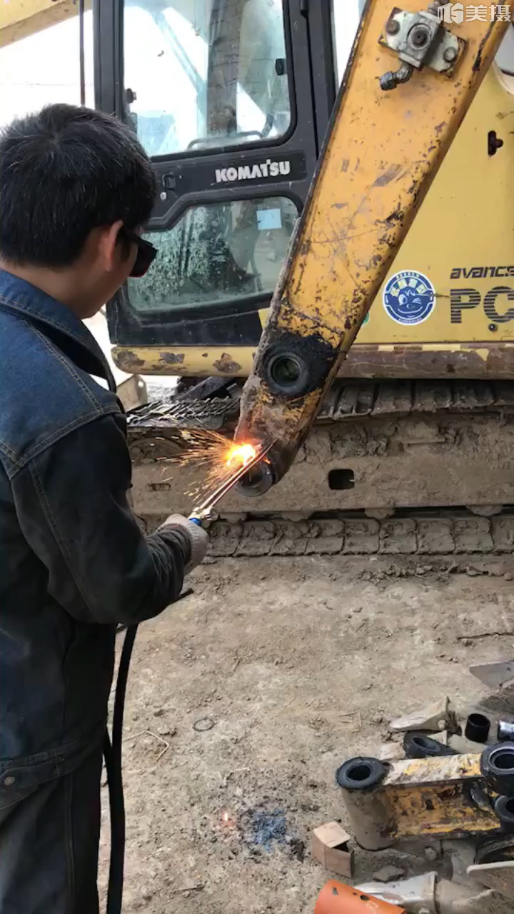 【老司机带你飞】玉柴60-8挖机更换小臂头详细过程!