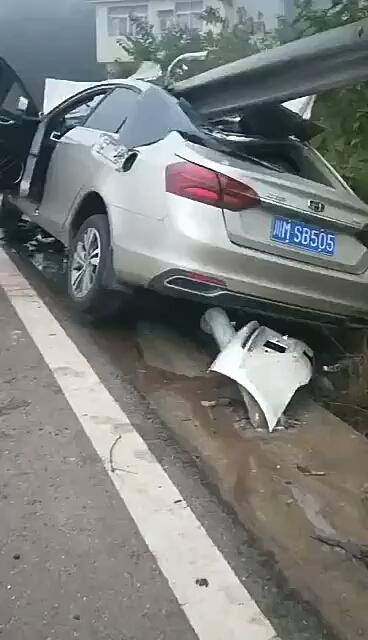 挖机驾驶员夜班下班回家途中疲劳驾驶出了车祸。