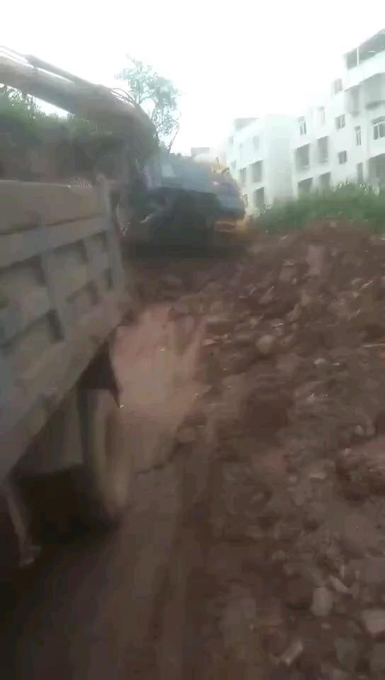 不光要会开挖机还要会短跑