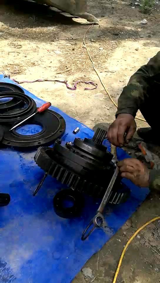 大修了变速箱,超越离合器换了一个厦工加强型的,不知道强到