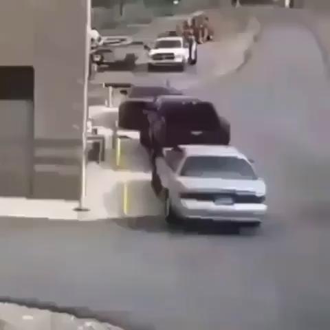这哥们倒车是实在倒不了了!