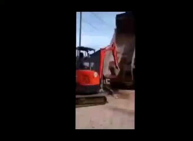 小挖机上翻斗车,这操作怎么样?