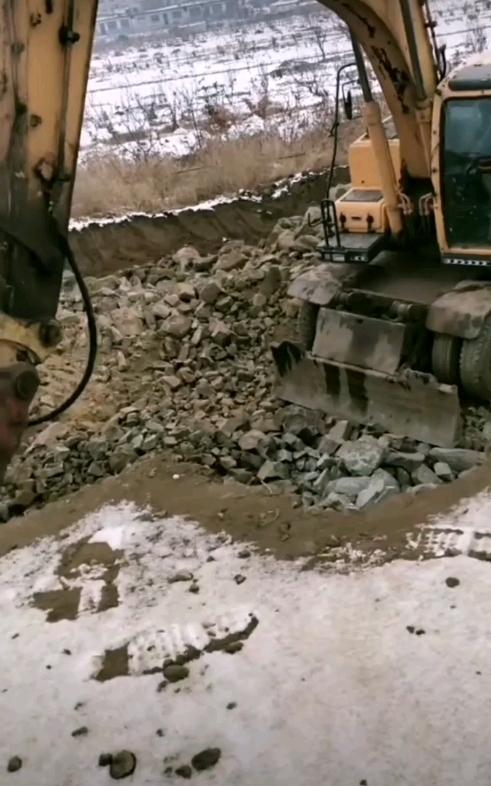 轮挖打石头破碎