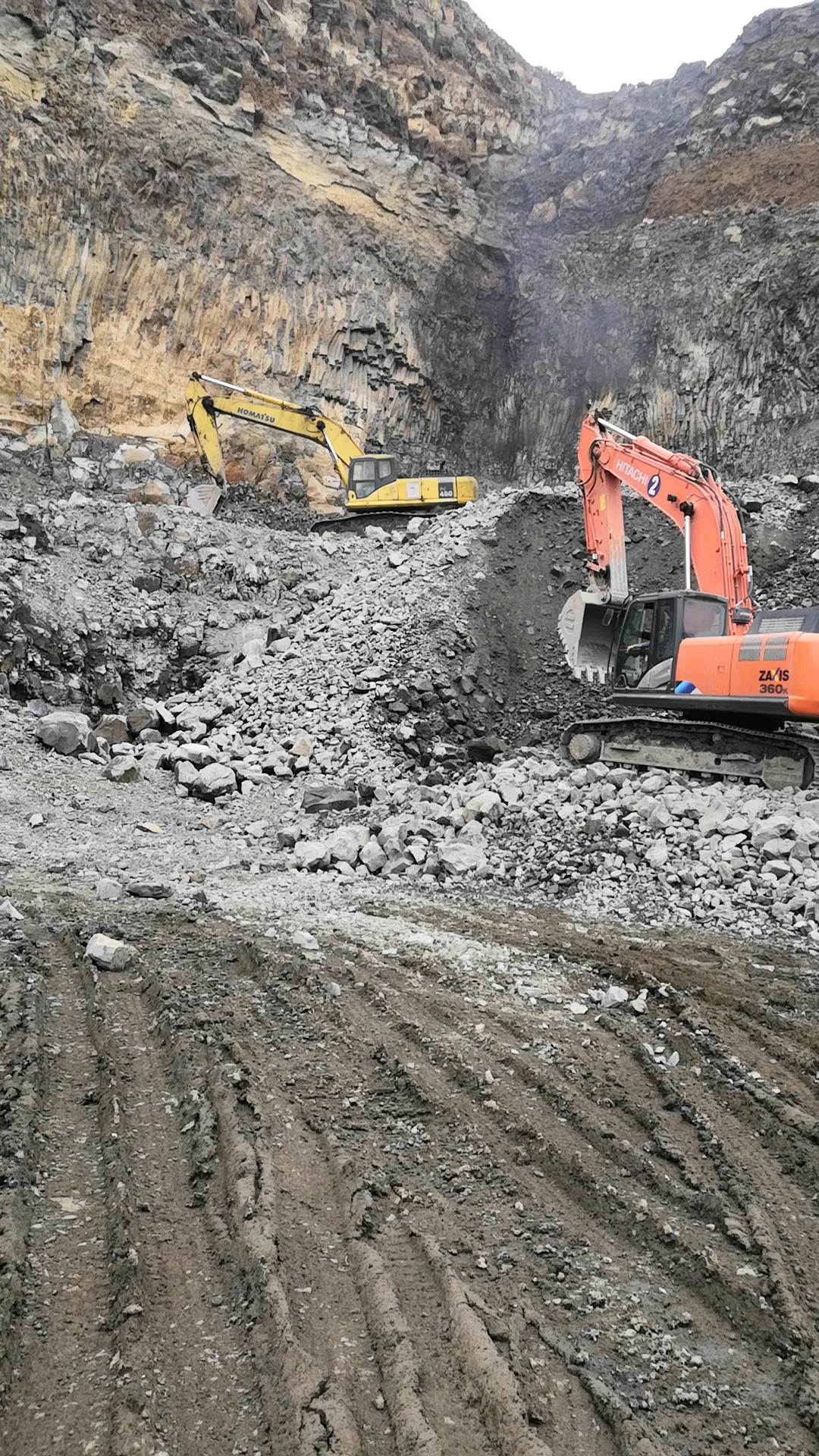小松450-7挖掘机冒黑烟的故障排除。