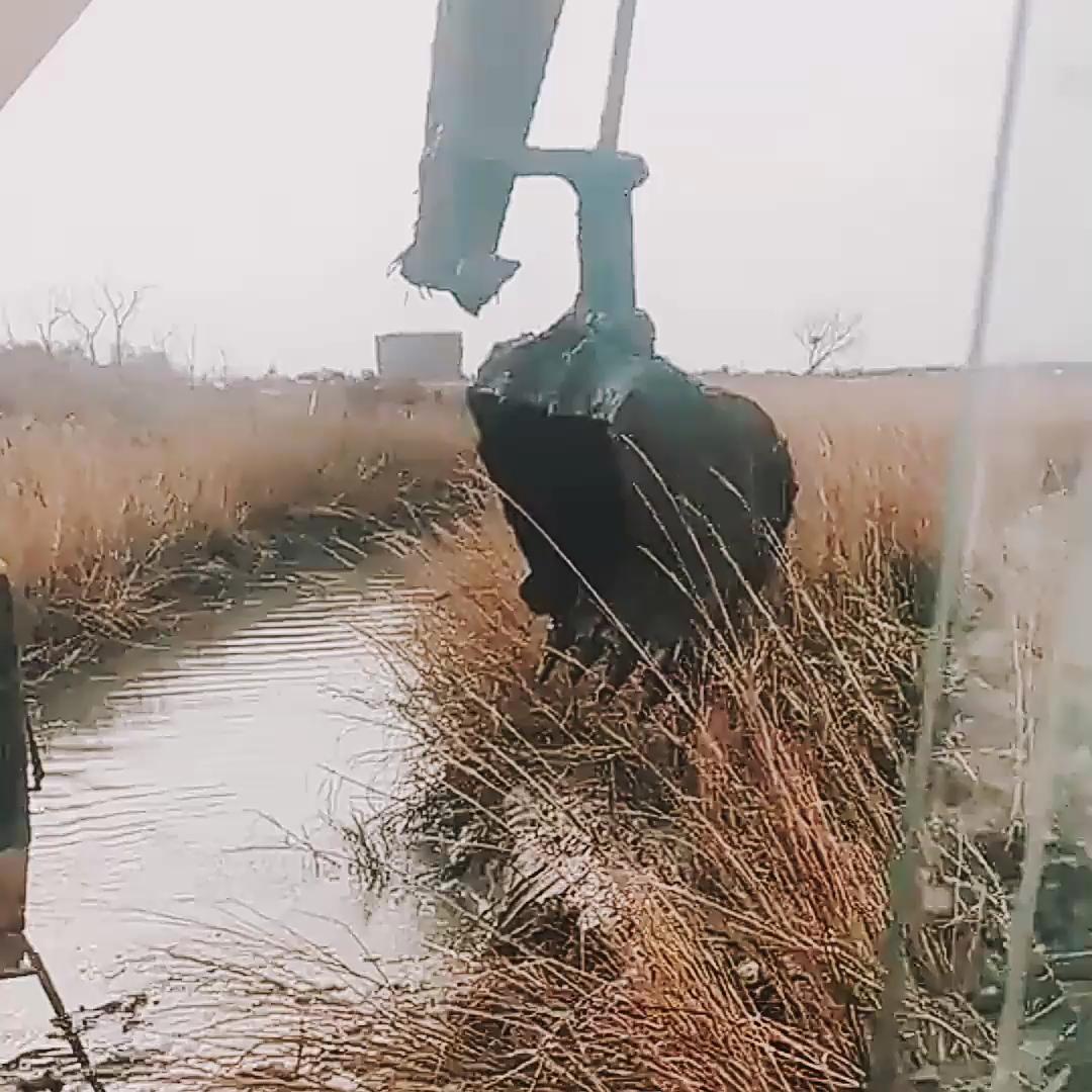挖水塘都把小臂搞坏了!