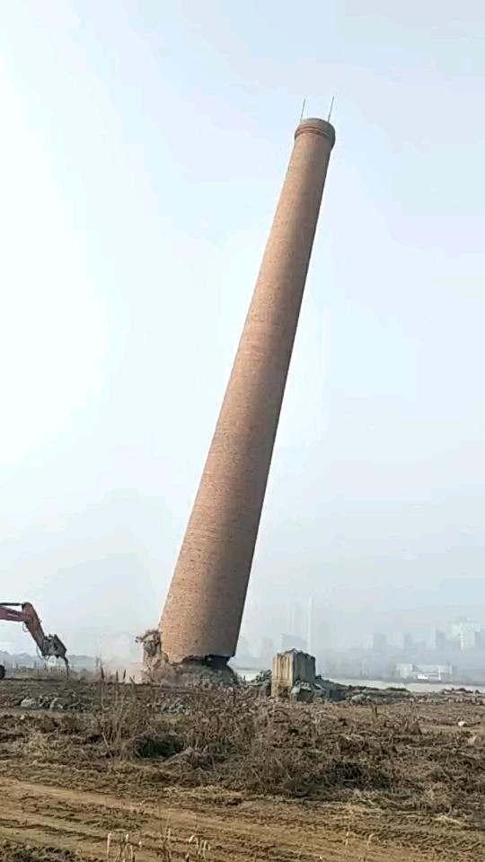 从第一视角观看拆砖烟囱