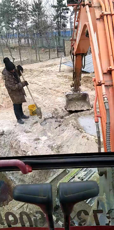 要想工程干的快,挖机机和灰,扔砖块
