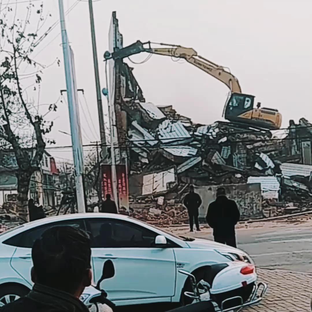 没想到挖机拆楼这么多人围观