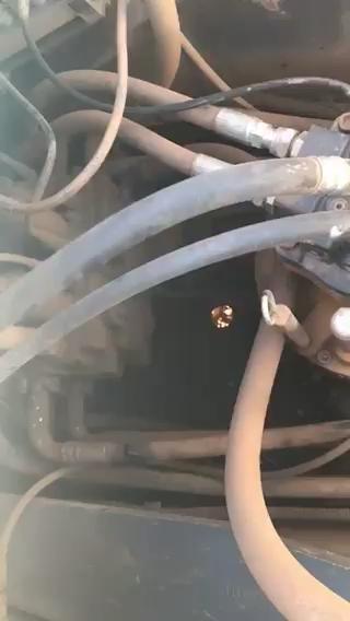 sk250-8这几根回油管抖动冷却箱异响是什么情况