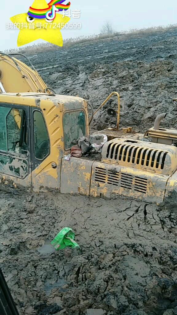 小机子大用处,救援泥潭大挖机。