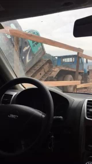 小挖上拖车真的危险,开拖车的都看不下去了。
