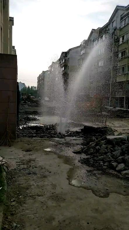 老铁翻船记!自来水管与混凝土路基混为一体,施工要求呢